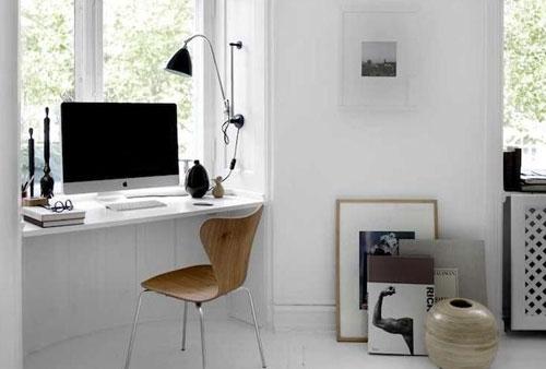 Un petit coin bureau sous la fenêtre